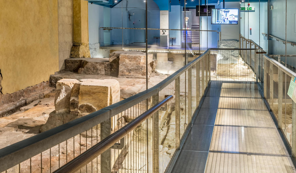 Image: Temple courtyard at the Roman Baths